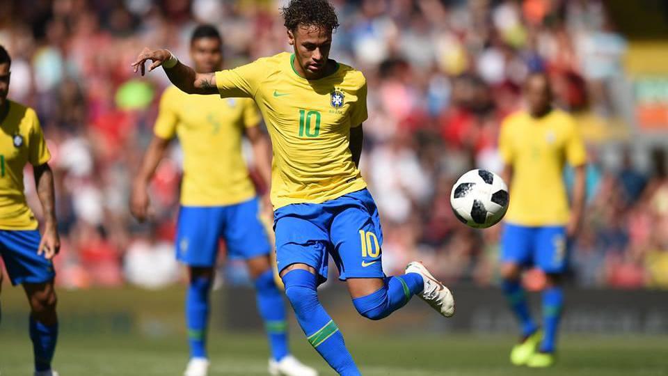 Neymar palleggia con il Brasil