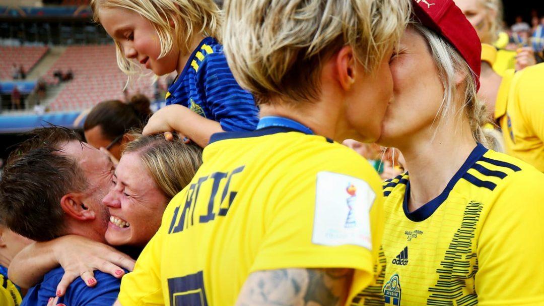 Le due calciatrici festeggiano la vittoria della Svezia