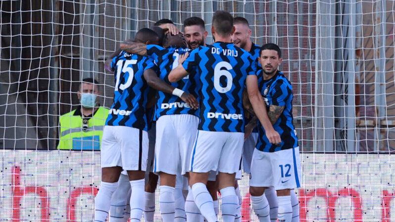 L'abbraccio tra i giocatori dell'Inter