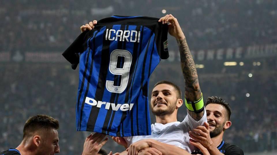 Icardi esulta al derby con maglia in mano